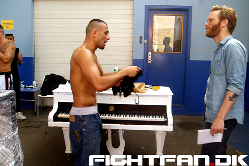 Royal Arena Photoshoot - Rhassan Muhareb taler med Fightfan.dk
